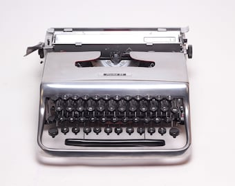 """LIMITED EDITION OLIVETTI Pluma 22 """"chrome"""" silver mint condition perfectly working typewriter- Professionally Serviced"""