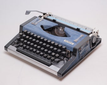 CUSTOM-MADE Jeans Olympia Traveller - Manual, portable working typewriter with qwerty layout - Refurbished - blue Denim