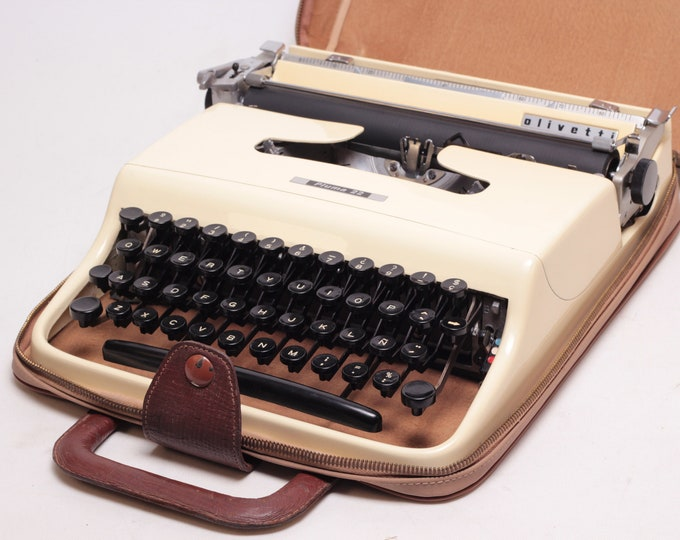 OLIVETTI PLUMA 22 - pristine condition perfectly working vintage typewriter - Professionally Serviced