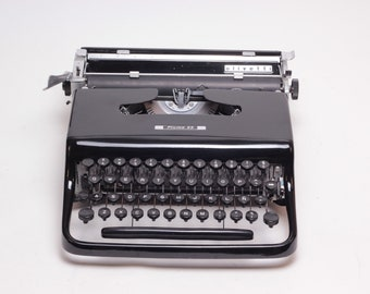 EXCELLENT OLIVETTI PLUMA 22 black mint condition perfectly working vintage typewriter - Professionally Serviced