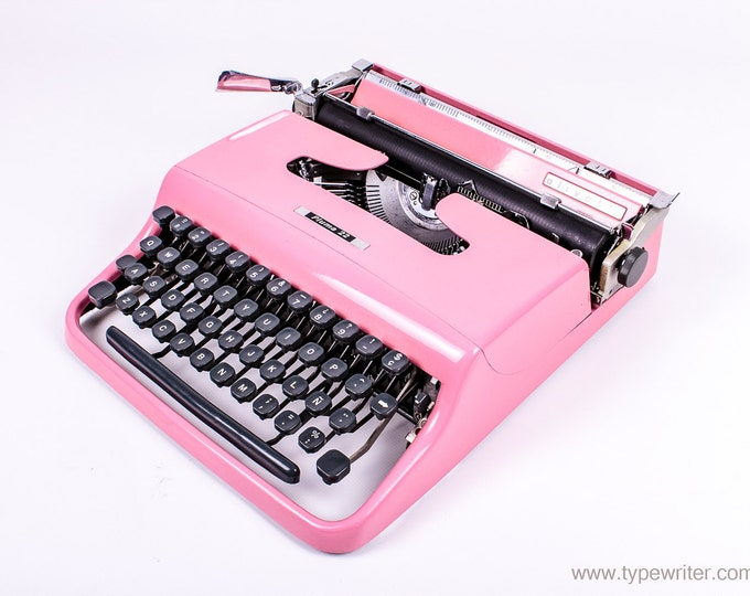OLIVETTI PLUMA 22 perfectly working vintage typewriter - Professionally Serviced