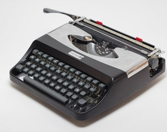 Typewriter.Company - Underwood 18 -  Vintage Portable  Working Typewriter - black&silver qwerty typewriter