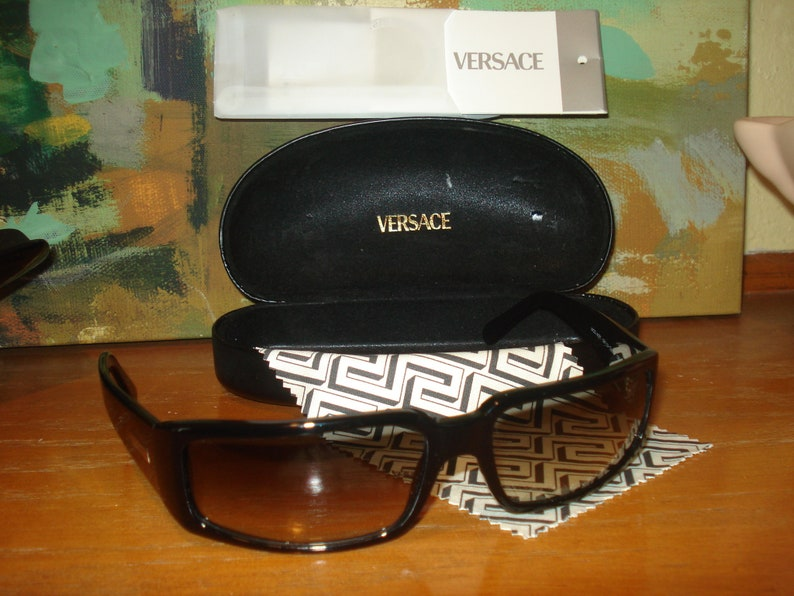 54fdb440565 Men s Versace Sunglasses Model 4027 from the 90 s w
