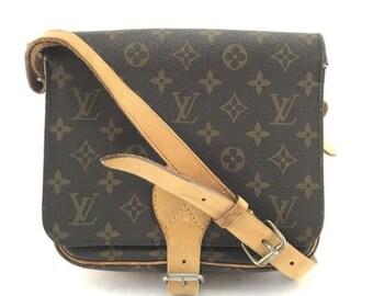 5f596d4419f7 Louis Vuitton Cartouchiere Messenger Style bandoulière longue sangle  monogramme recouvert toile Cross Body Bag