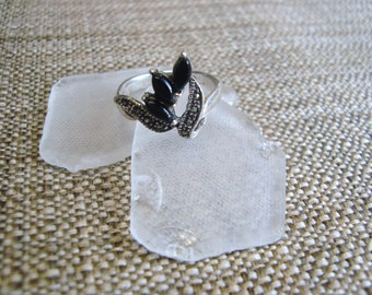 delicate sterling silver ring with marcasite and black onyx detail, size 8