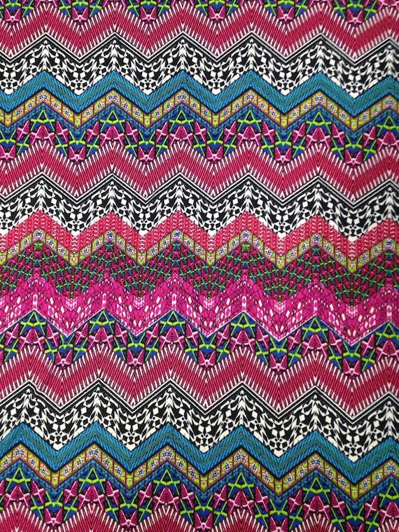 Chevron de répétition motif Multi sur tricot léger en Jersey extensible Polyester rayonne Spandex tissu - 58 à 60 pouces de large - à la verge ou en vrac