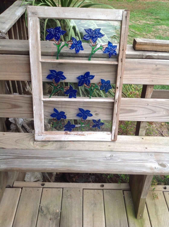 White Wash Wood verzweifelt gemalte blaue Blume-Fenster