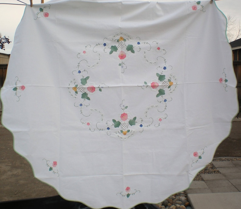 Charming Cottage Applique /& Embroidered Tablecloth 65 Chic Cottage Farmhouse