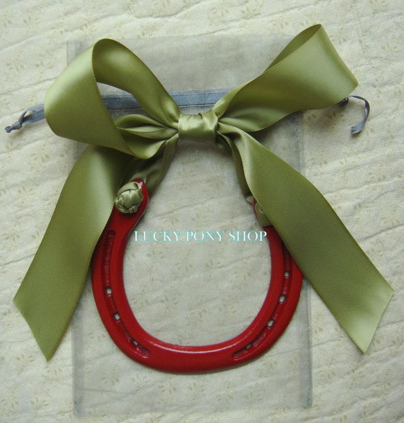 5f4fbac6ec Horsehoe regalo rojo herradura w cinta verde salvia