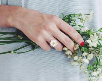Daisy ring, flower ring, silver and gold, floral jewelry, summer jewelry, promise ring, romantic ring, daisy jewelry, nature jewelry