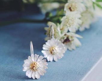 Daisy earrings, flower earrings, summer jewelry, floral earrings, nature jewelry, daisy jewelry, romantic, flower jewelry, silver and gold