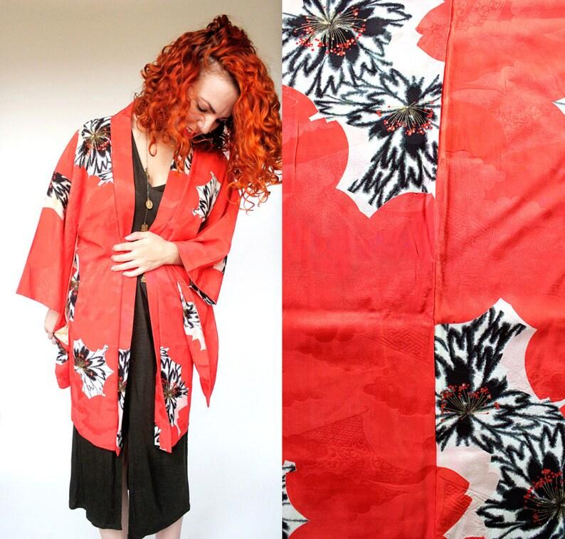3bb8837b0 Japonesa naranja/rojo seda Kimono Haori chaqueta vintage con motivo Floral  blanco y negro / / traje asiático boho plumero de Japón / / libre tamaño ...
