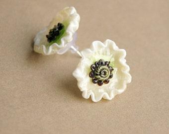 White anemone lampwork studs, glass flower earrings, white flowers, floral earrings, white earrings, nature earrings, lampwork earrings