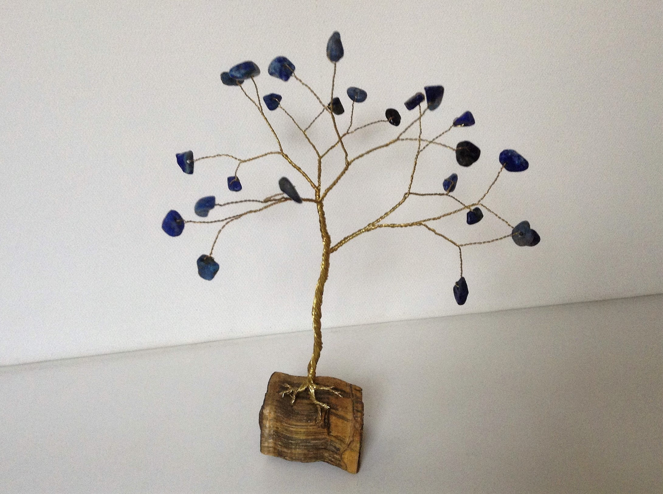 Lapislazuli Edelstein Baum. Draht Baum Skulptur mit Lapis