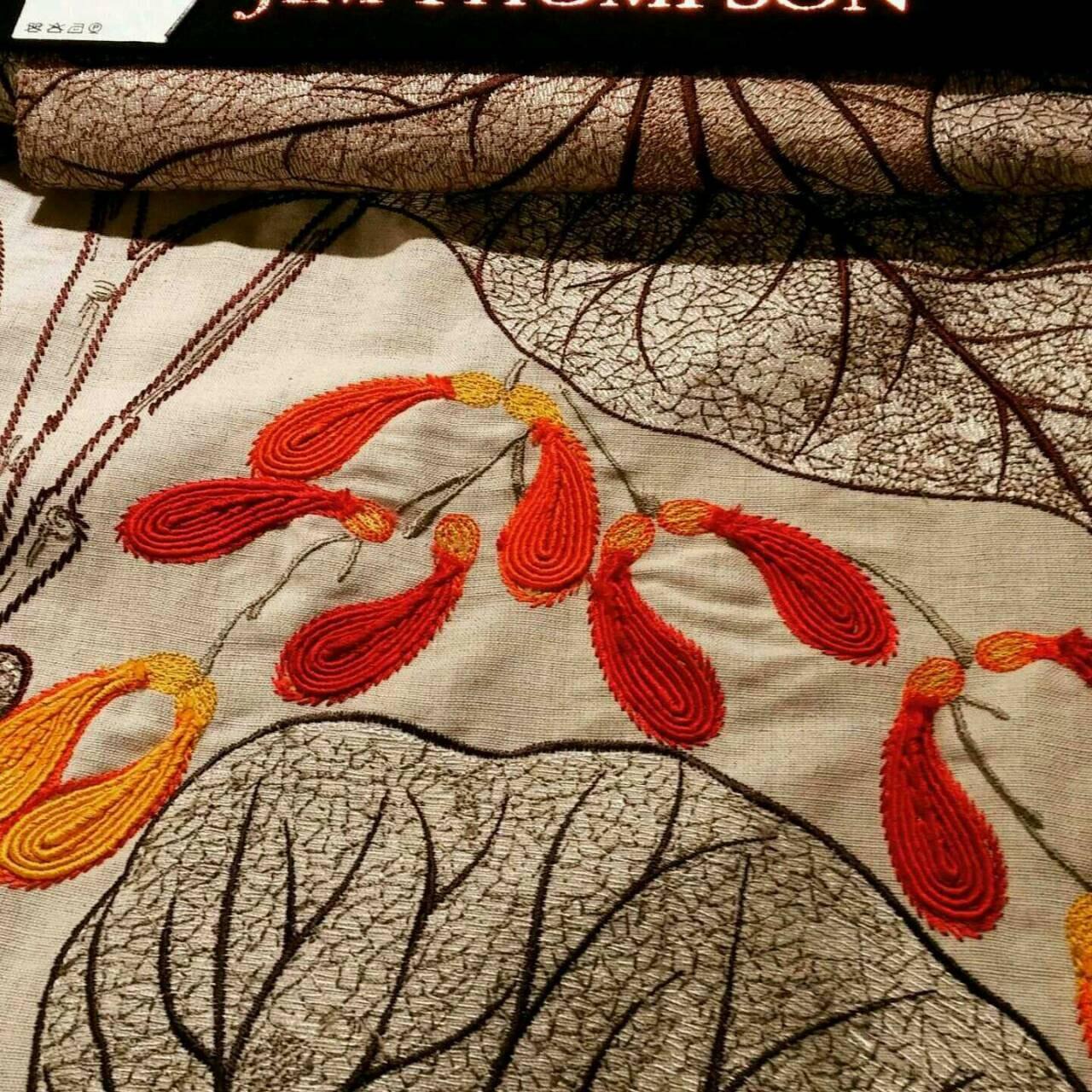 Isabelle baies délicates de collection, collection, collection, Jim Thompson en tissu, brodé sur une crème de couleur terre, ce tissu vraiment audacieux et unique f87e89