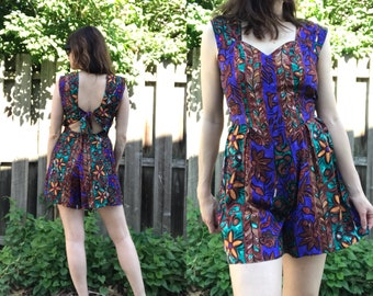 VTG 90s Sleeveless Exotic Floral Romper Playsuit Jumpsuit with Sweetheart Neckline and Cut-Out Back with Tie Closure Size S