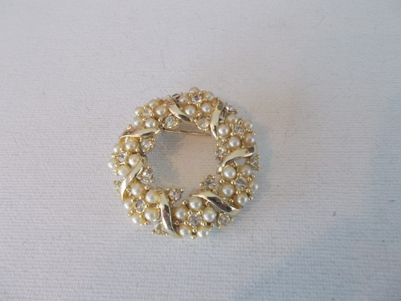 Small Gold Tone Circle Brooch with Faux Pearl