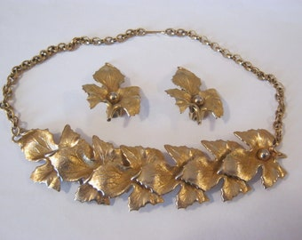 Vintage choker with matching clip on earrings, goldtone chain with gold leaves, large earrings