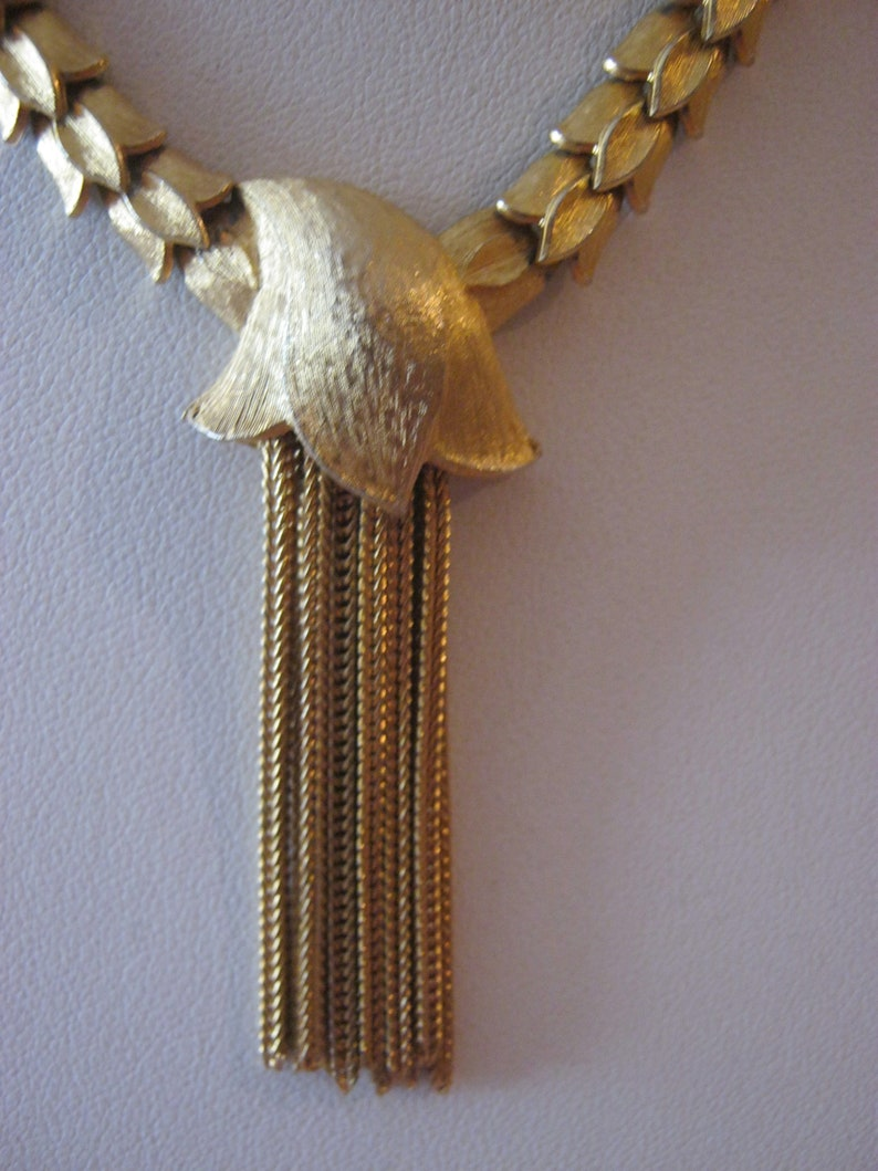 jointed chain with gold rope pendant Articulated vintage goldtone chain necklace with pendant