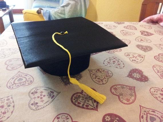Articoli simili a Tocco ( Cappello di Laurea ) SU MISURA - Graduation Hat  su Etsy d6604c5c9a9f
