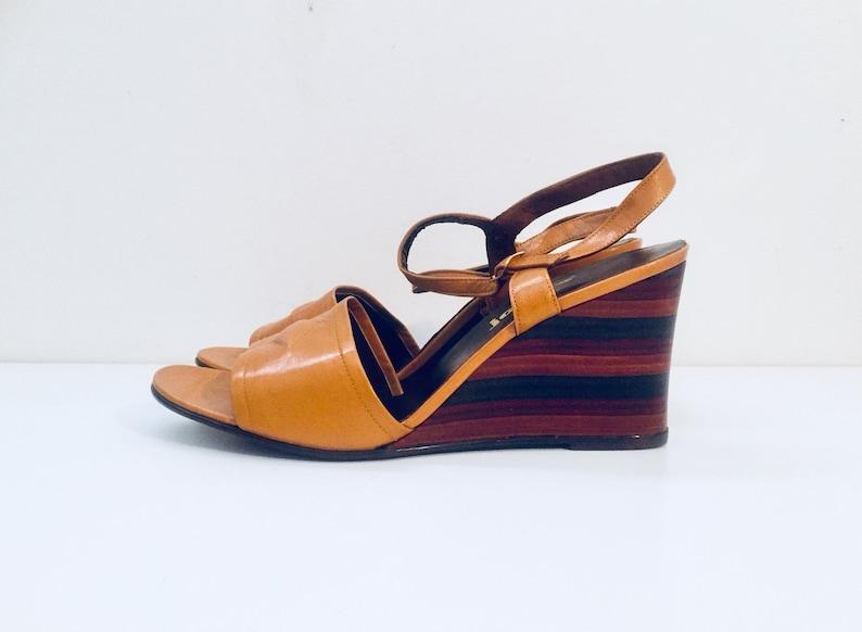 d8586eb0ce0e1b 80er Jahre Keil Heels Sandalen aus Leder hergestellt in