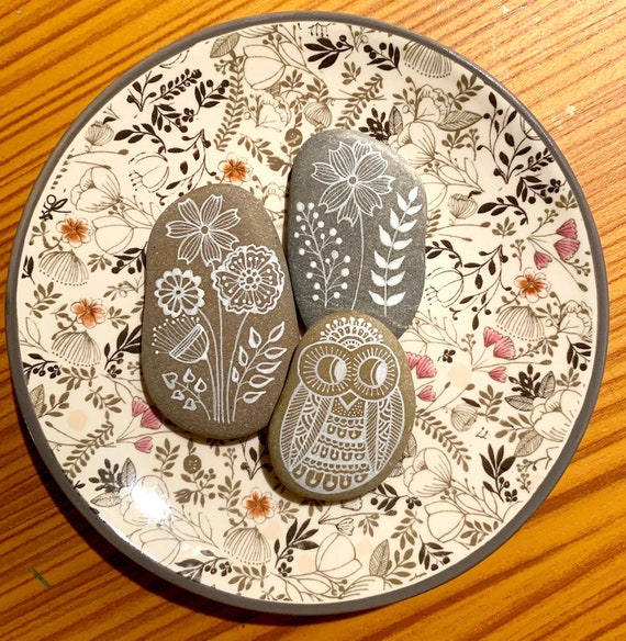 Hand Painted Stone Owl and Flowers/ Set of 3 stones *Sassi dell'Adriatico (Adriatic Sea)