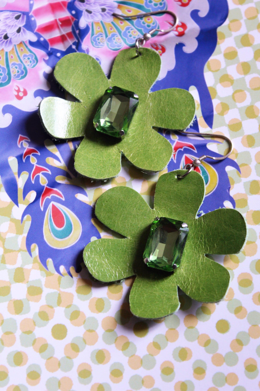 Orecchini con fiori verdi in pelle greenery leather for Fiori verdi