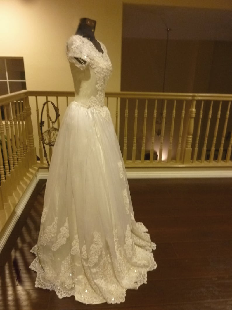 Vintage 1970/'s Princess Style Wedding ball Gown Exquisite Lace and beaded Scalloped Hem