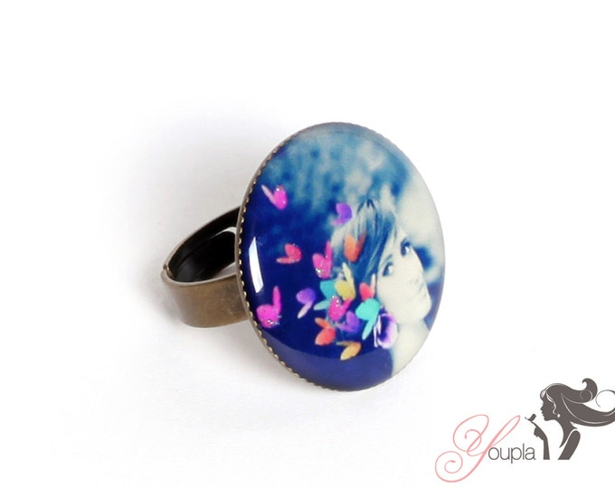 Ring in resin CD2 (2, 5cm in diameter) - support brass - collection La Plume à l'Oreille (CaroLine Dethier photography)