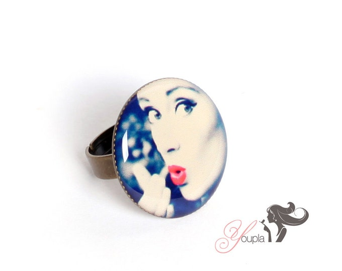 Ring in resin CD15 (2, 5cm in diameter) - support brass - collection La Plume à l'Oreille (CaroLine Dethier photography)