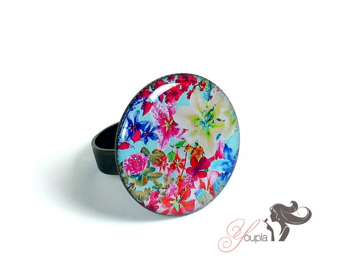 Ring in resin CD46 (2, 5cm in diameter) - support brass - collection La Plume à l'Oreille (CaroLine Dethier photography)