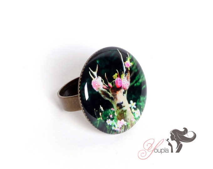 Ring in resin CD26 (2, 5cm in diameter) - support brass - collection La Plume à l'Oreille (CaroLine Dethier photography)