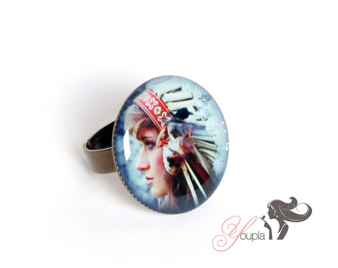 Ring in resin CD11 (2, 5cm in diameter) - support brass - collection La Plume à l'Oreille (CaroLine Dethier photography)