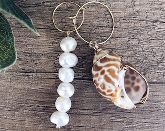 Gold-plated brass hoop earrings and maxi shell pendants and scaramazza pearls