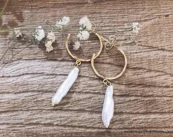 Gold-plated brass hoop earrings with pendant river pearl