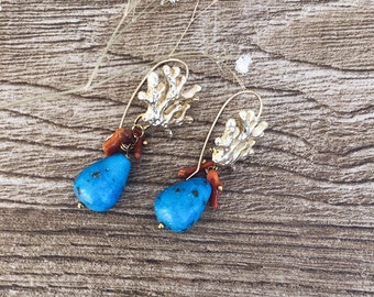 Earrings with coral branch pin in golden brass, corals and turquoise howlite drop stone