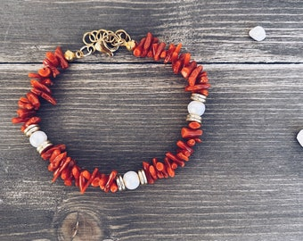 Bracelet entirely in natural coral, freshwater pearls and gold-plated steel washers