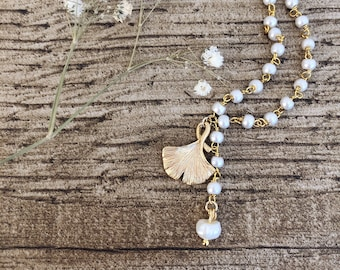 Necklace with gold-plated brass rosary chain with white beads and gingko leaf pendant