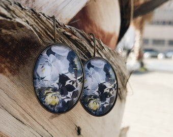 Brass bronzed earrings with colored cameo