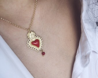 Necklace with chain in gilded brass and enameled sacred heart pendant with a final coral bead