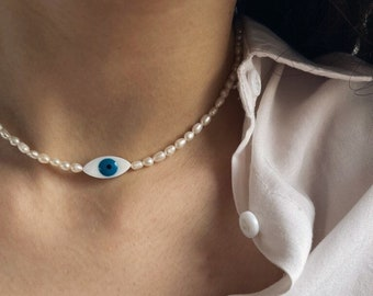 Necklace with river pearls and central eye in mother of pearl