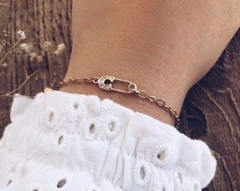 Bracelet with golden brass chain and small safety pin