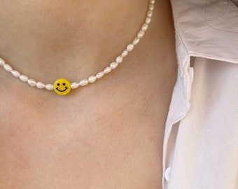 Necklace with river pearls and central resin smile