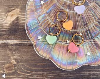 Mono steel hoop earrings with heart in colored resin