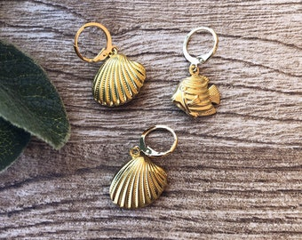 Mono earrings mini circles in gold plated brass with brass fish