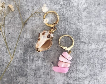 Mini circles earrings in golden brass with pink chips stones and natural shell