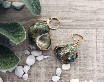 Single hoop earrings in gold plated brass with maxi shell
