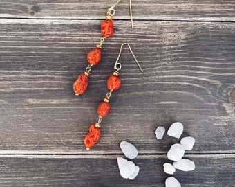 Dangle earrings with stud in gilded 925 silver and natural coral pebbles