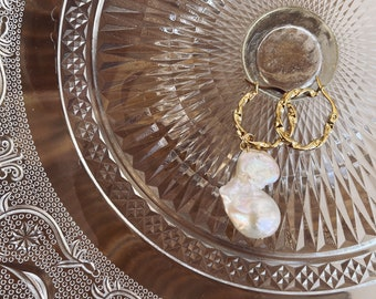 Circles earrings in brass worked with maxi scaramazza pearl