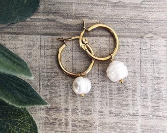 Hoop earrings in golden steel and pendant river pearl